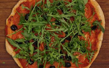 Vatsaystävällinen pizzapohjan voi täyttää lempitäytteillä